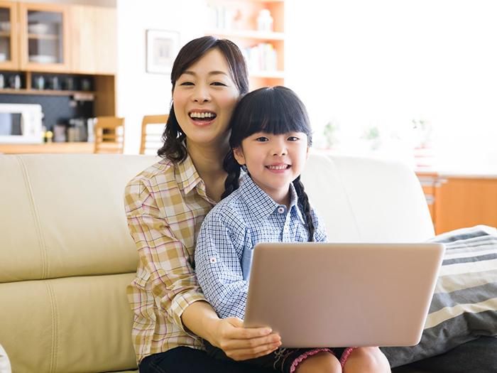 パソコンを操作している親子