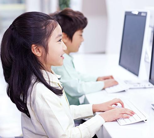 パソコンを操作している女の子